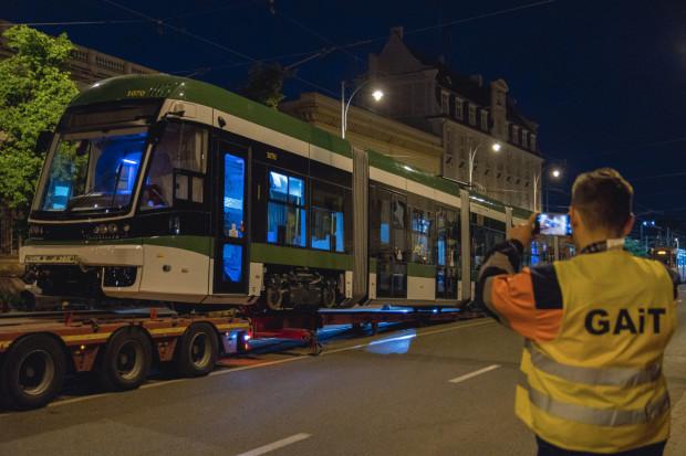 Biało-zielony tramwaj dojechał w nocy do Gdańska. Niedługo pojawi się na ulicach miasta.
