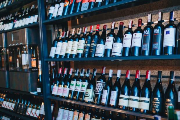 Nie przechowujmy wina przez wiele lat, po prostu cieszmy się jego smakiem i nie liczmy, że nagle wzrośnie jego wartość. Na zdjęciu: Probiernia Win w Gdańsku.