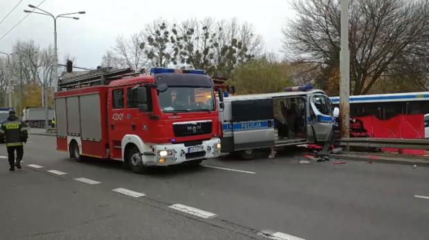 Wypadek, do którego doszło w listopadzie zeszłego roku, okazał się tragiczny w skutkach. Na początku czerwca zmarł jeden z policjantów jadących radiowozem.