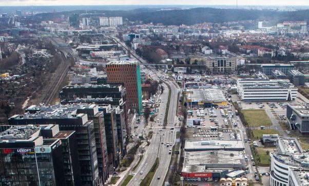 Remontowany odcinek dotyczy jezdni w kierunku Sopotu (z lewej) i zaczyna się przy wiadukcie PKM, a kończy przy biurowcu Wave z pomarańczową elewacją.