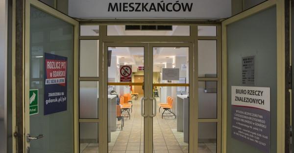 Pracownicy trójmiejskich urzędów obawiają się o to, że mogą stracić pracę. Urząd Miejski w Gdańsku zapewnia, że nie planuje redukcji etatów, ale ograniczy wydatki np. na premie i nagrody.