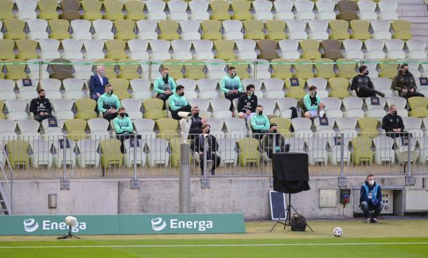 Zdaniem Bogusława Kaczmarka poziom gry w ekstraklasie po przerwie spowodowanej pandemią, nie uległ zmianie. Mecze przy pustych trybunach tracą jednak niezwykle ważną otoczkę. Na zdjęciach trybuny Stadionu Energa Gdańsk, które w derbach Trójmiasta pełniły rolę ławki rezerwowych.