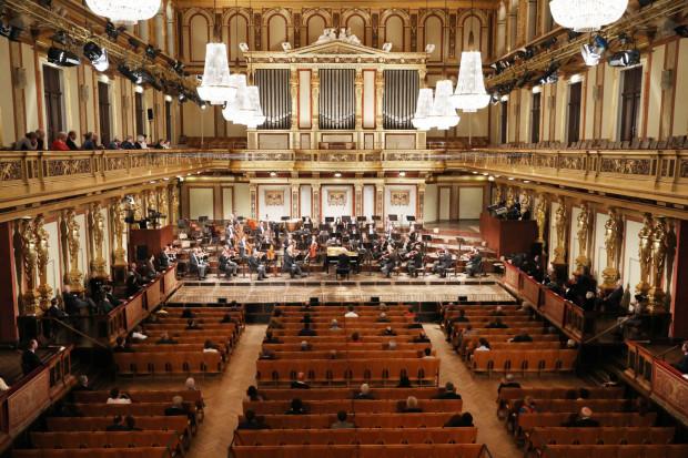 Działalność kulturalną wznawiają też najbardziej prestiżowe sceny świata. Filharmonicy wiedeńscy pierwszy z koncertów po trzymiesięcznej przerwie zagrali w miniony weekend. Za pulpitem dyrygenckim stanął Daniel Barenboim, a na widowni zasiadło - zgodnie z rządowymi wytycznymi - 100 osób.