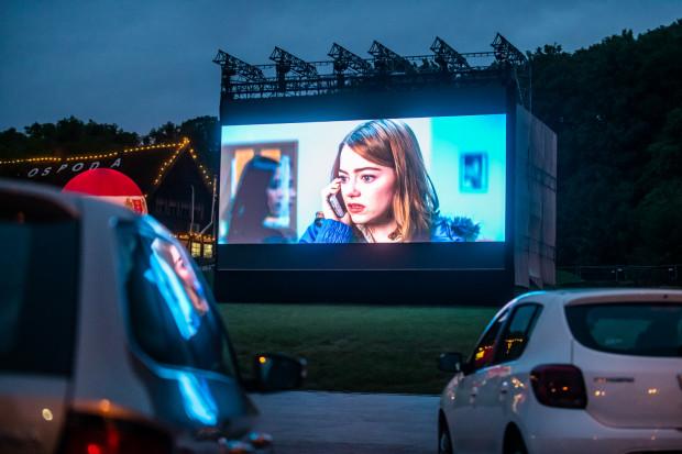 Bilety w kinie samochodowym sprawdzane są bezdotykowo. Organizatorzy starają się zapewnić uczestnikom kina maksymalne bezpieczeństwo. Na zdjęciu: kino na placu Zebrań Ludowych.