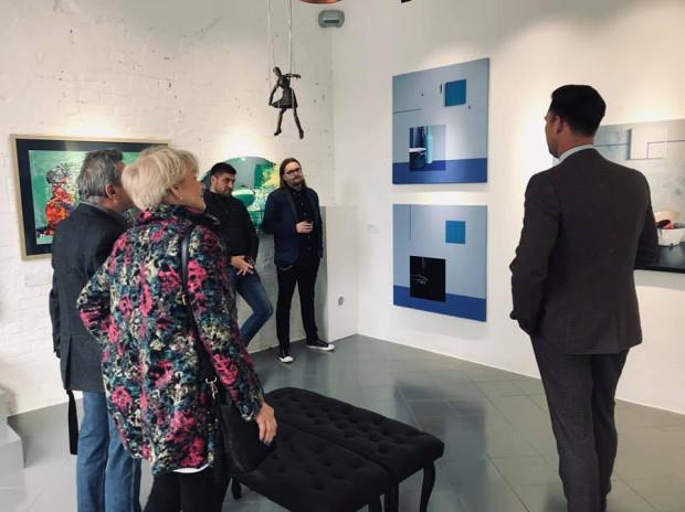 Galerie sztuki współczesnej często organizują spotkania z twórcami wystaw. Na zdjęciu: Marek Wrzesiński opowiada o swoich pracach.