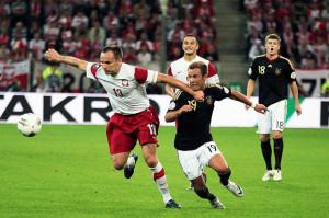 Arkadiusz Głowacki (tutaj w starciu z Mario Goetze) nie zaliczy tego meczu do udanych. Po jego zagraniu sędzia podyktował karnego dla Niemców, a na 10 minut przed końcem meczu pokazał stoperowi czerwoną kartkę