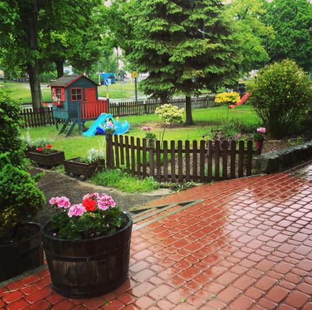 Restauracja Żabusia to miejsce przyjazne rodzinom z dziećmi. Z myślą o nich stworzono ogródek dla najmłodszych.