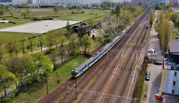 Na tory wyjeżdżały wydłużone składy SKM. W związku z rosnącą liczbą pasażerów, wiele z pociągów było przepełnionych.
