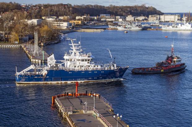 Na zdjęciu statek Skagerak budowany dla Uniwersytetu w Göteborgu. W połowie marca opuścił Nautę.  Budowa statku zamówionego jako w pełni wyposażony, trwała siedem lat. Ostatecznie zostanie dokończona w Szwecji. Jednostka jest teoretycznie w pełni wyposażona, ale nie działa jej napęd.