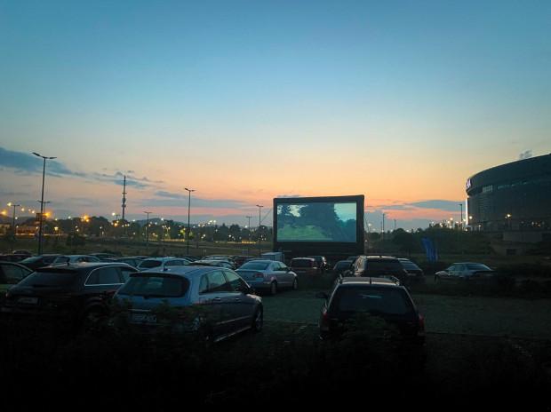 Niespełna 40 aut zaparkowało przed wielkim ekranem podczas premierowego seansu.