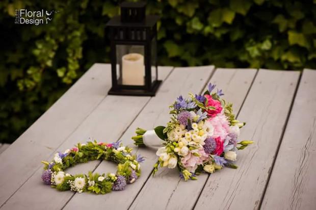 Już nie szarfy, świecące bransoletki czy miniwelony - obowiązkowym akcesorium wieczorów panieńskich stały się wianki ze świeżych kwiatów.