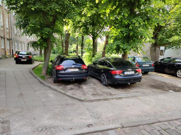 W czwartek auta turystów i osób spoza Gdańska parkowały dosłownie wszędzie.