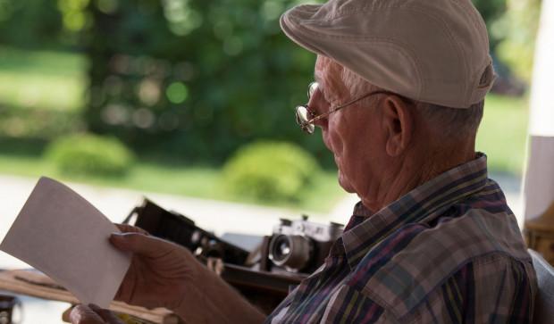 54-latek najpierw poprosił o pieniądze na alkohol. Kiedy ich nie dostał, wykręcił 80-latkowi ręce i zabrał saszetkę z pieniędzmi. Zdjęcie ilustracyjne.