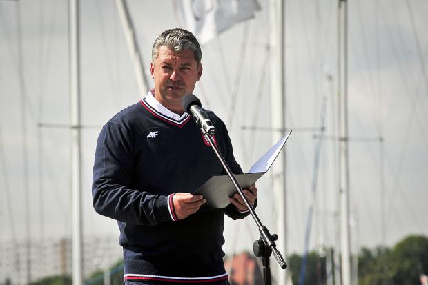 Tomasz Chamera dotychczas był znany jako wiceprezydent Europejskiej Federacji Żeglarskiej, prezes Polskiego Związku Żeglarskiego oraz dyrektor Gdynia Sailing Days. Teraz jego doświadczenie skorzysta piłkarska Arka Gdynia, Akademia Wychowania Fizycznego i Sportu, a niebawem zapewne i AZS AWFiS Gdańsk.