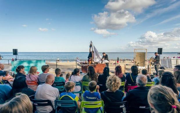 Plenerowy Festiwal Pociąg do Miasta. Stacja Miasto czeka na nas w różnych miejscach Gdyni od 3 do 8 sierpnia. Zobaczymy w jego trakcie sześć spektakli granych dwukrotnie.