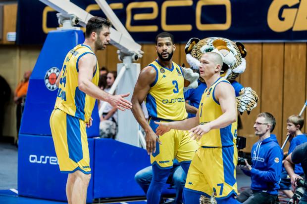 Adam Hrycaniuk (z lewej) i Krzysztof Szubarga (z prawej) zostali w Asseco Arce. W przyszłym sezonie nie zobaczymy za to w jej barwach m.in. Josha Bostica (w środku). Gdyński klub zamierza rozegrać sezon w krajowym składzie i zrezygnować z rozgrywek Eurocup.