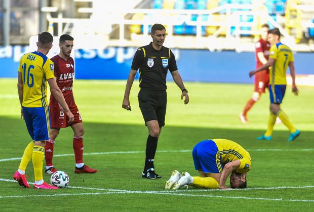 Centrum drugiej linii Arki Gdynia przetrzebiły urazy. do kontuzjowanego Marko Vejinovicia po meczu z Wisłą Kraków dołączył Adam Deja (na zdjęciu z lewej).