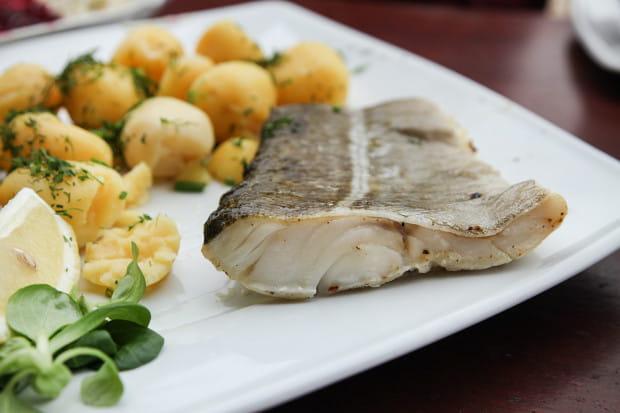 Filet z dorsza z pieca na parze z ziemniakami i surówkami.