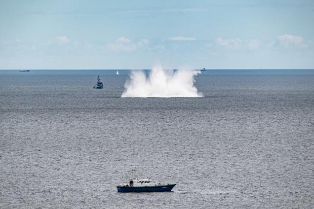 Moment detonacji miny w zatoce.