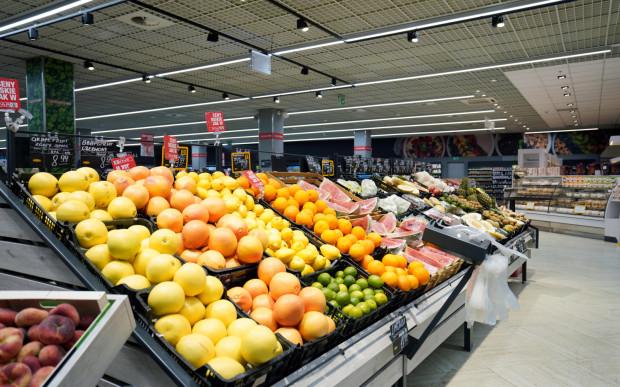 Sklep Eurospar oferuje duży wybór świeżych owoców i warzyw.