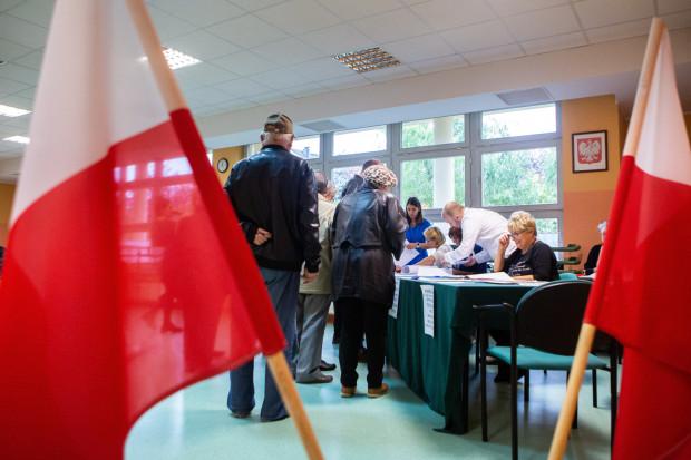 W lokalach wyborczych obowiązywać będą inne zasady niż przy ostatnich wyborach parlamentarnych. Wprowadzony zostanie m.in. limit osób, które mogą jednocześnie przebywać w środku, a członkowie komisji wyposażeni będą w środki ochrony osobistej.