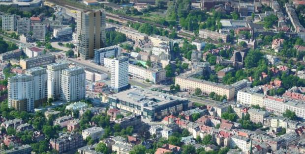 Widok z lotu ptaka z wizualizacją nowego wieżowca (najwyższy). Po lewej widać także inną inwestycję Hinesa - Quattro Towers.