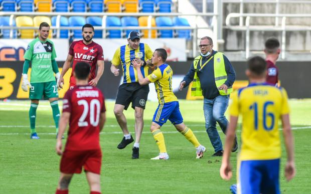Zapewne za tę wizytę nieproszonego gościa na murawie podczas meczu Arka Gdynia - Wisła Kraków (0:0) gospodarze muszą zapłacić 5 tys. zł.