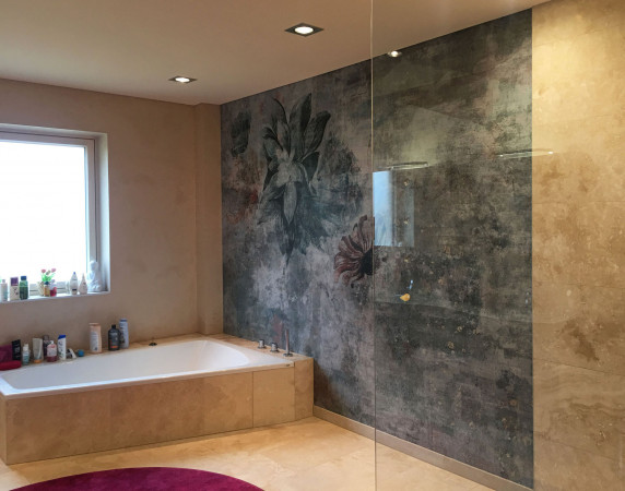 Tapety wodoodporne można stosować w łazienkach nawet w bardzo narażonych na wilgoć miejscach. Nadają się one nawet na ściany zewnętrzne domów.