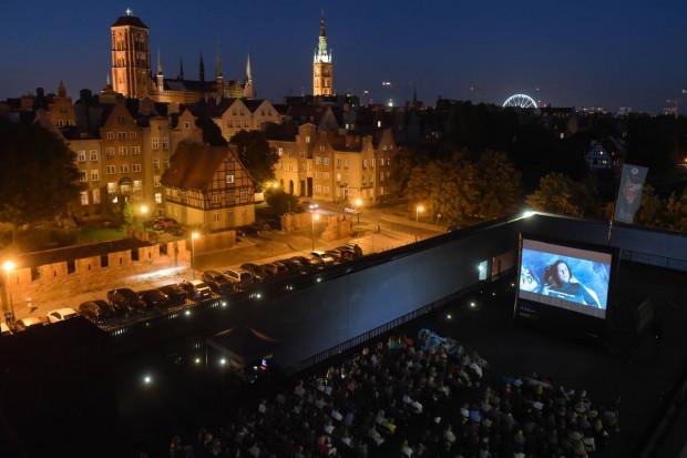 Tak oglądało się filmy na dachu Teatru Szekspirowskiego w ubiegłych sezonach. W tym roku seanse powrócą, ale z zachowaniem wszelkich norm bezpieczeństwa. Tak blisko widzowie obok siebie już nie usiądą.