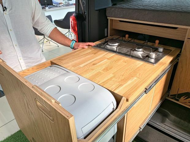 Jedna z szuflad kryje kuchenkę gazową i lodówkę.