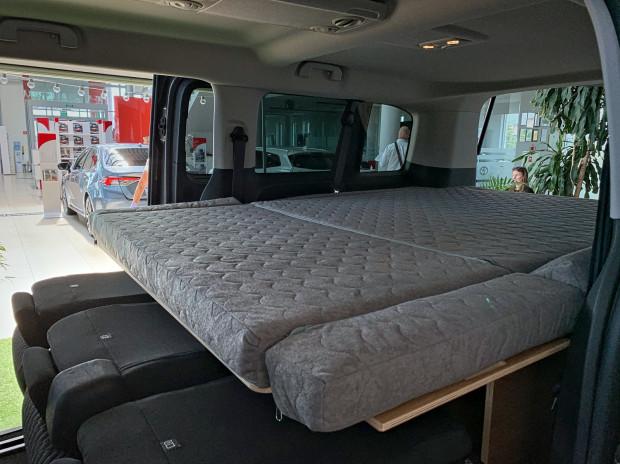Rozkładane łóżko dla dwóch osób.