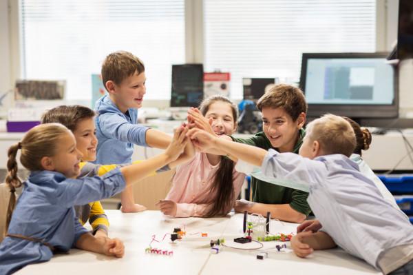 Po kilku miesiącach zdalnej nauki uczniowie chętniej niż zwykle zmienią otoczenie, marzą o wypoczynku i atrakcyjnych wakacjach.