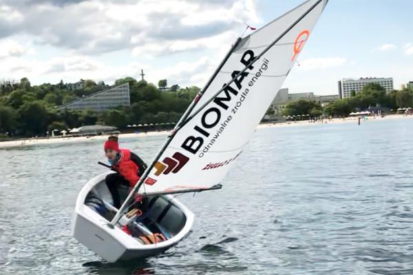 Firma OZE-Biomar wspiera rozwój młodych adeptów sportu żeglarskiego.
