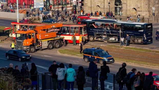 Wypadek autokaru i tramwaju na kilka godzin sparaliżował centrum Gdańska.