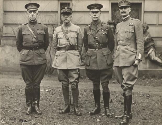 Członkowie Alianckiej Komisji ds. Jeńców. Od lewej: amerykański  brigadier general Harris, francuski général de brigade Joseph Dupont, angielski general major Ewart i włoski brigadier generale Bassi. Zdjęcie z 1918 roku.