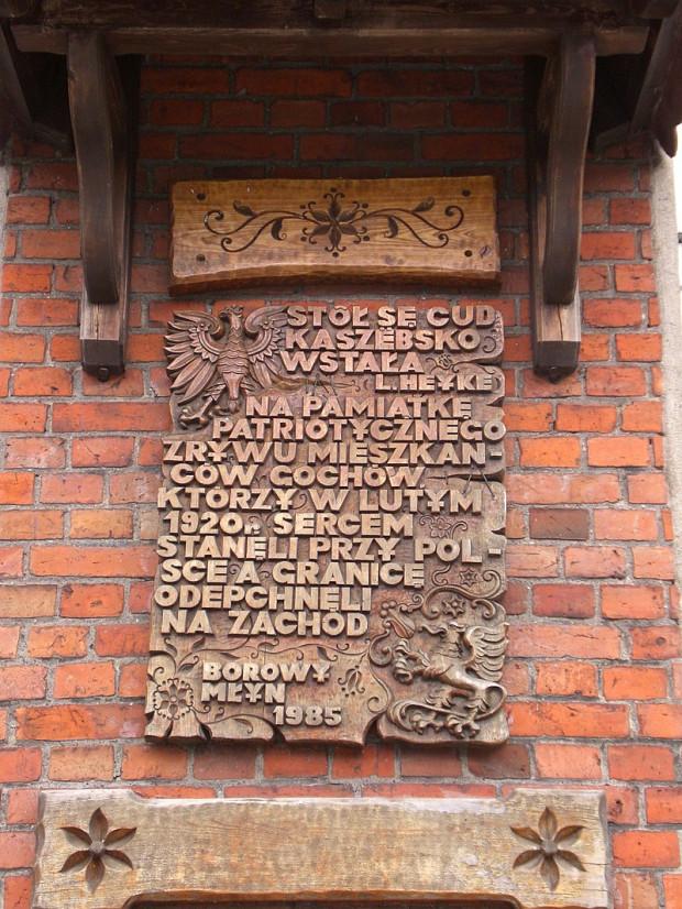 Tablica w miejscowości Borowy Młyn, upamiętniająca wojnę palikową w tej okolicy, skutkującą przesunięciem granicy Polski na zachód.