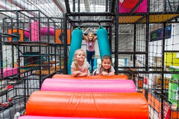 Zachowanie zasad bezpieczeństwa na sali zabaw jest priorytetem.