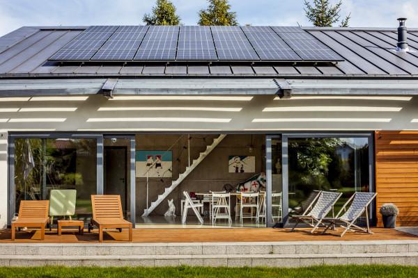 Jeśli projekt budynku zakłada montaż gustownych, niewidocznych paneli, najlepiej wybrać technologię SunPower.