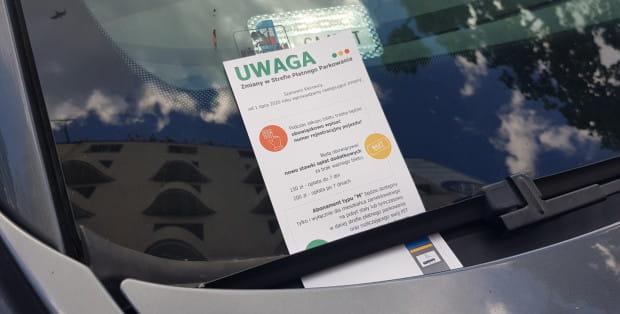 Od tygodnia kontrolerzy opłat roznoszą też ulotki z informacjami na temat zmian w parkowaniu.