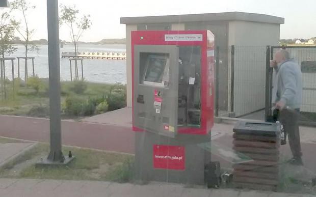 We wtorek rano nasz czytelnik natknął się na otwarty i okradziony biletomat w Sobieszewie.