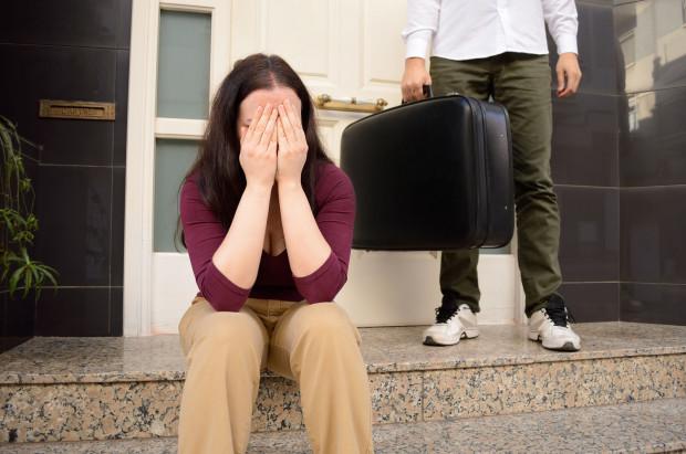 Właściciel mieszkania często myśli, że gdy najemca przestanie płacić, to się go wyrzuci. Grozi za to  grzywna, kara ograniczenia wolności albo jej pozbawienia do roku.