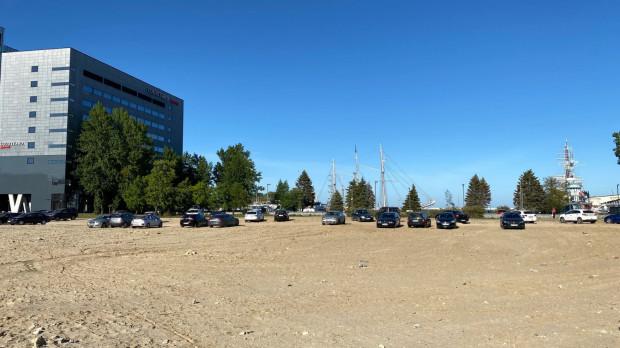 Samochody parkowały na terenie po wyburzonym Centrum Waterfront jeszcze kilka tygodni temu.