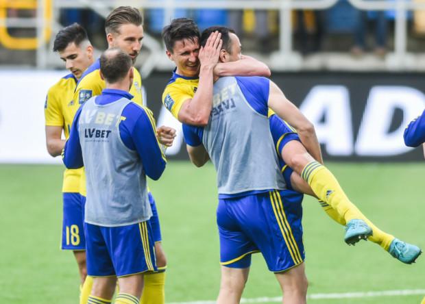 Maciej Jankowski przyjmuje gratulacje od kolegów. Strzelił 2 gole Zagłębiu Lubin, w tym tego na 3:2.
