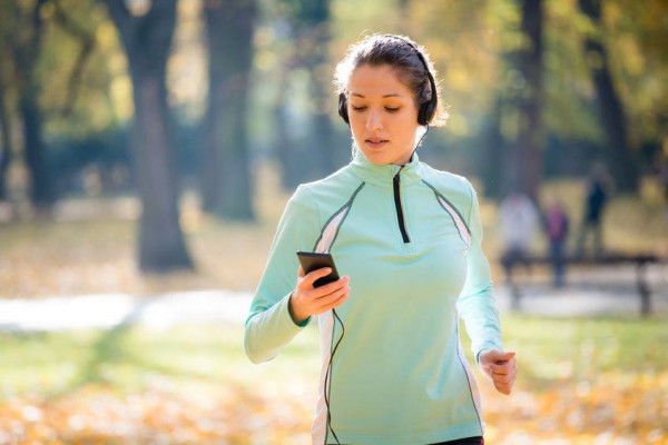 Widok biegacza bez telefonu, który rejestruje pokonywany dystans, to dziś rzadki widok.