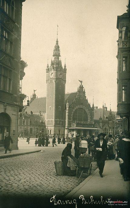 Na zdjęciu z 1916 roku widać, że wówczas jeszcze ul. Elżbietańska miała bezpośrednie połączenie z Podwalem Grodzkim.