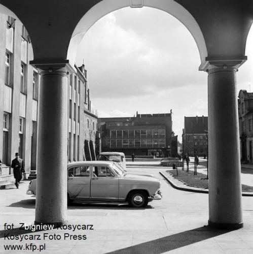 Ulica Elżbietanska widziana spod filarów nieistniejącej już siedziby Związku Spółdzielczosci. Po lewej widoczny bar rybny Krewetka, który dał nazwę budynkowi kinowo-biurowemu, który powstał w tym miejscu na na przełomie XX i XXI w. Zdjęcie wykonane w 1966 r.