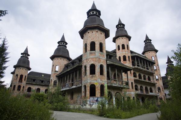 Zamek w Łapalicach na zdjęciach z lipca 2018 r.