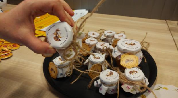 Miód produkowany przez pszczoły mieszkające na dachu gdyńskiego urzędu stał się gadżetem promocyjnym miasta.