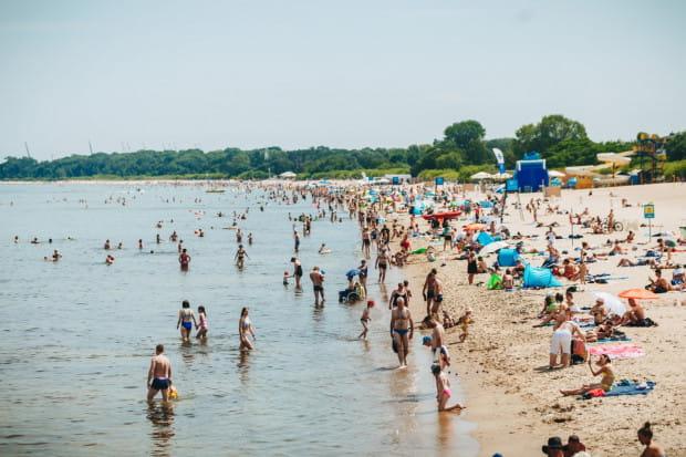 Z powodu epidemii koronawirusa wiele osób zamiast wyjazdu za granicę wybiera wczasy nad Bałtykiem. Branża turystyczna spodziewa się rekordowego obłożenia.