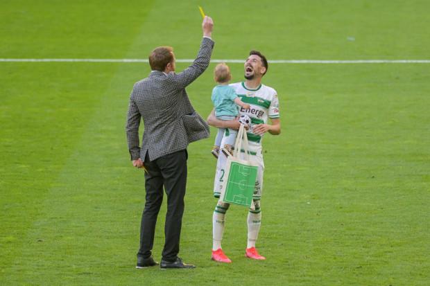 Tak Filip Mladenović został symbolicznie pożegnany po ostatnim meczu w barwach Lechii Gdańsk przez trenera Piotra Stokowca.